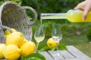 Drink Limoncello in Italy